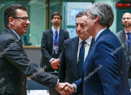 (L-R) Spanish Economy Minister Roman Escolano, European Central Bank (ECB) President Mario Draghi and the President of the Eurogroup, Portuguese Finance Minister Mario Centeno, chat prior to the start of an Eurogroup Finance Ministers' meeting at the European Council in Brussels, Belgium, 24 May 2018.