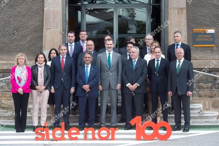 Spain's King Felipe VI (C) poses for a family picture next to Spanish Minister of Public Works, Inigo de la Serna (3-L), and regional President of Cantabria, Miguel Angel Revilla (4-L), during his visit to the facilities of the steel company Sidenor in Reinosa, Cantabira, northern Spain, 29 May 2018.