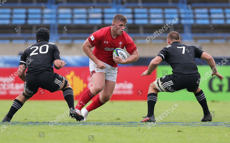 Will Davies-King of Wales takes on Will Tremain of New Zealand and Tom Christie of New Zealand