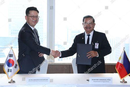 Minister Kim Hyun-soo and Emmanuel Pinol