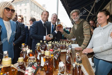 Brigitte Trogneux and Emmanuel Macron, Philippe Couillard looking at maple syrup.