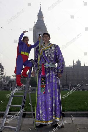 Editorial picture of The Tallest Man In The World Xi Shun Who Stands At 7ft 8.59in / 2m 36.1cm Meets Kiran Shah Who At 4ft 1.7in / 1m 26.3cm Is The Shortest Professional Stuntman In The World At The Launch Of The 2006 Version Of The Guinness World Records In Parliament S