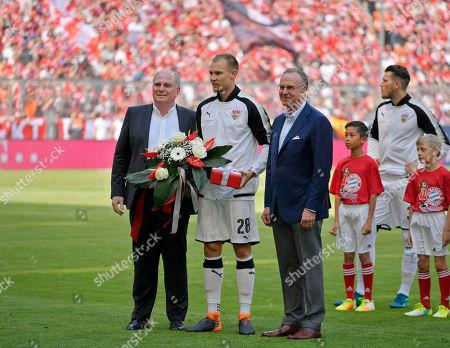 12.05.2018, Football 1. Bundesliga 2017/2018, 34.  match day, FC Bayern Muenchen - VfB Stuttgart, in Allianz-Arena Muenchen. Holger Badstuber (Stuttgart) wird of  president Uli Hoeness (li, FC Bayern) and Vorstandsvorsitzender Karl-Heinz Rummenigge (re, FC Bayern Muenchen) verabschiedet.