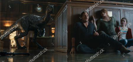 Chris Pratt, Bryce Dallas Howard, Isabella Sermon