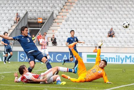 Paraguay's Angel Romero (L) and Japan's goalkeeper Kosuke Nakamura (R) in action during the international friendly soccer match between Japan and Paraguay at the Tivoli Stadium in Innsbruck, Austria, 12 June 2018.