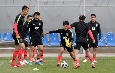 Lee'Seung-woo, Kim Shin-wook, Moon Seon-min, Son Heung-min, Hong Chul. South Korea's Lee Seung-woo, center, goes for the ball as South Korea's Kim Shin-wook, left, Moon Seon-min, second from left, Son Heung-min, third from left, and Hong Chul, right, look on as they take part in a training session of South Korea at the 2018 soccer World Cup at the Spartak Stadium in Lomonosov near St. Petersburg, Russia