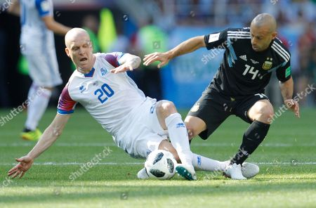 Iceland's Emil Hallfredsson, left, vies for the ball with Argentina's Javier Mascherano during the group D match between Argentina and Iceland at the 2018 soccer World Cup in the Spartak Stadium in Moscow, Russia