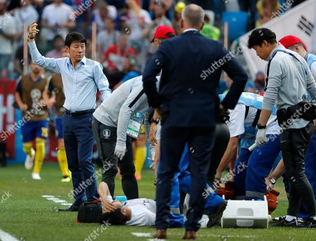 South Korea's head coach Shin Tae-yong gestures as South Korea's Park Joo-ho reacts after getting injured during the group F match between Sweden and South Korea at the 2018 soccer World Cup in the Nizhny Novgorod stadium in Nizhny Novgorod, Russia