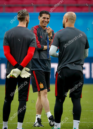 Spain's head coach Fernando Hierro (C) talks to goalkeepers David De Gea (L) and Pepe Reina during a training session at the Kazan Arena stadium in Kazan, Russian Federation, 19 June 2018. Spain will face Iran in the FIFA World Cup 2018 Group B preliminary round soccer match  on 20 June 2018.