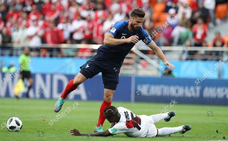 France's Olivier Giroud, left, falls after a challenge by Peru's Christian Ramos during the group C match between France and Peru at the 2018 soccer World Cup in the Yekaterinburg Arena in Yekaterinburg, Russia