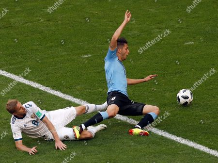 Rodrigo Bentancur, Yuri Gazinsky. Uruguay's Rodrigo Bentancur, right, vies for the ball with Russia's Yuri Gazinsky during the group A match between Uruguay and Russia at the 2018 soccer World Cup at the Samara Arena in Samara, Russia