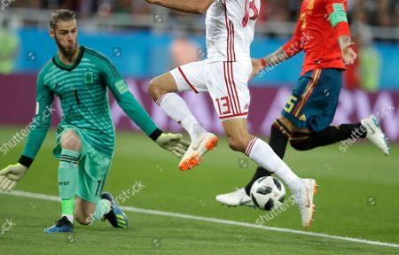 Morocco's Khalid Boutaib, center, misses an opportunity to score past Spain goalkeeper David De Gea, during the group B match between Spain and Morocco at the 2018 soccer World Cup at the Kaliningrad Stadium in Kaliningrad, Russia