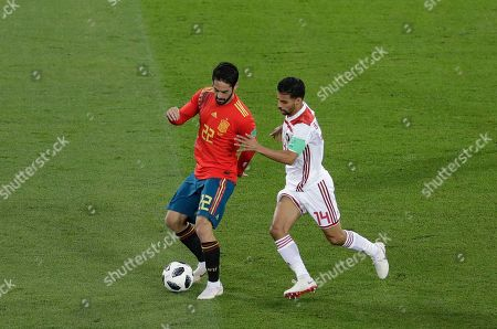 Isco, Mbark Boussoufa. Spain's Isco, left, and Morocco's Mbark Boussoufa compete for the ball during the group B match between Spain and Morocco at the 2018 soccer World Cup in the Kaliningrad Stadium in Kaliningrad, Russia