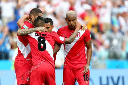 Luis Ovalle of Panama celebrates scoring his sides first goal with Christian Cueva, Yoshimar Yotun of Peru and Jose Paolo Guerrero