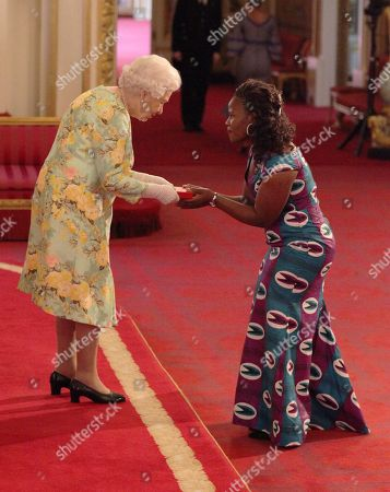 Ms Chikondi Violet Mlozi from Malawi receiving her Young Leaders Award from Queen Elizabeth II