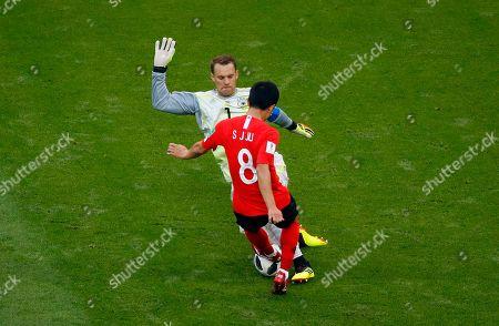 Goalkeeper Manuel Neuer of Germany and Ju Se-jong of South Korea