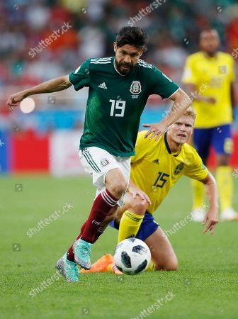 Oribe Peralta, Oscar Hiljemark. Mexico's Oribe Peralta, left, and Sweden's Oscar Hiljemark challenge for the ball during the group F match between Mexico and Sweden, at the 2018 soccer World Cup in the Yekaterinburg Arena in Yekaterinburg, Russia