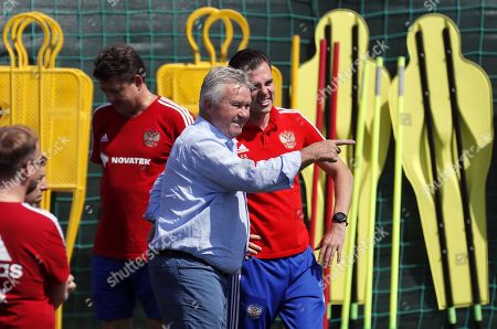 Former Russian coach Guus Hiddink (C) visits a Russian team training session in Novogorsk sport base outside Moscow, Russia, 28 June 2018. Russia will face Spain in the Round of 16 of the FIFA World Cup on 01 July 2018.
