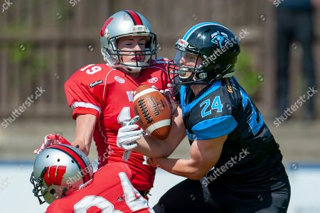 Giants Mark Price (#24) attempts a catch during the BAFA Northern Division match between Edinburgh Wolves and Sheffield Giants at Meggetland Sports Complex, Edinburgh. Picture by Malcolm Mackenzie