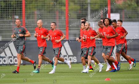 04.07.2018, Football 1. Bundesliga 2018/2019, FC Bayern Muenchen, Trainingsauftakt an Saebenerstrasse in Muenchen. x, Arjen Robben, Frank Ribery, Rafinha Warmlaufen-