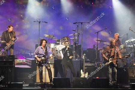 Ringo Starr Warren Ham (saxophonist), Steve Lukather (guitarist), Ringo Starr (drummer, singer), Graham Gouldman (bass), Gregg Bissonette (drummer)