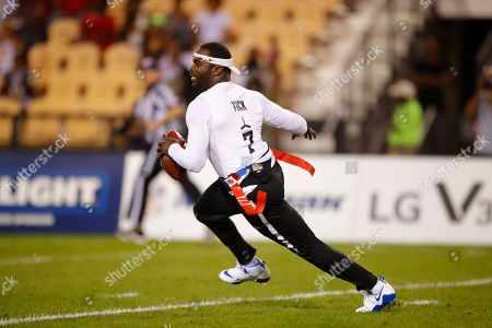Roadrunners' Michael Vick runs with the ball during a semifinal game against Ocho during the American Flag Football League (AFFL) U.S. Open of Football tournament, in Kennesaw, Ga