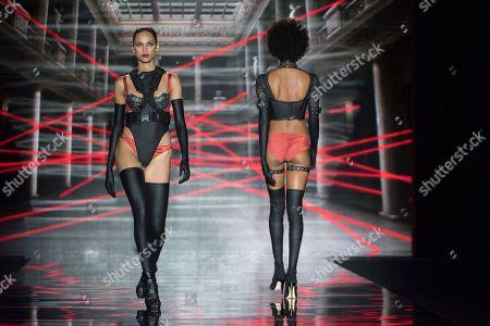 Dalianah Arekion and model on the catwalk