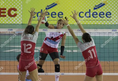 Peru's Karla Ortiz (C) in action against Mexico's Samantha Bricio and Jocelyn Urias during a match between Peru and Mexico for the 17th Women's Volleyball Pan American Cup, in Santo Domingo, Dominican Republic, 11 July 2018.