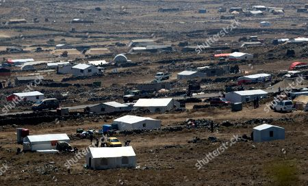 Syrian refugees approach the border with Israel