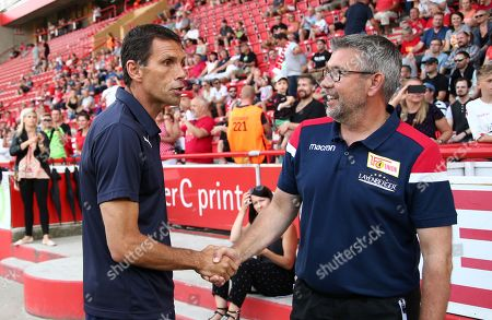 Trainer Gustavo Poyet, Trainer Urs Fischer Begruessung vor Spielbeginn   