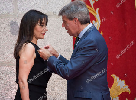 Luz Casal receiving the International Medal of Arts of the Community of Madrid at the headquarters of the Community of Madrid