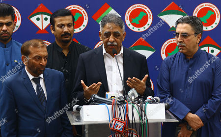 Muhammad Zubair (C) a leader of Pakistan Muslim League Nawa (PMLN) a party which recently concluded its mandate, talks with Farooq Sattar (L) leader of Mutahida Qaumi Movement, as they discuss possibility of a coalition government, after general elections in Karachi, Pakistan, 30 July 2018. Several religious parties have demanded a re-election and threatened to boycott Parliament. Former Prime Minister Nawaz Sharif's Pakistan Muslim League (PML-N) on 30 July also demanded an official probe into allegations of rigging in last week's elections. Former cricketer Imran Khan's Pakistan Tehreek-e-Insaf has emerged as the biggest party, securing 116 of the 272 seats in the National Assembly, according to the Election Commission of Pakistan.