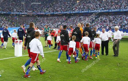 teamen laufen ein vor Spielbeginn, right Uwe Seeler    / Sport / Football / DFL   2.Bundesliga  /  2018/2019 / 03.08.2018 / Hamburger SV HSV vs. SV Holstein Kiel /