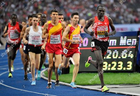 Turkey's Polat Kemboi Arikan, right, leads the pack in the men's 10000-meter final at the European Athletics Championships in Berlin, Germany