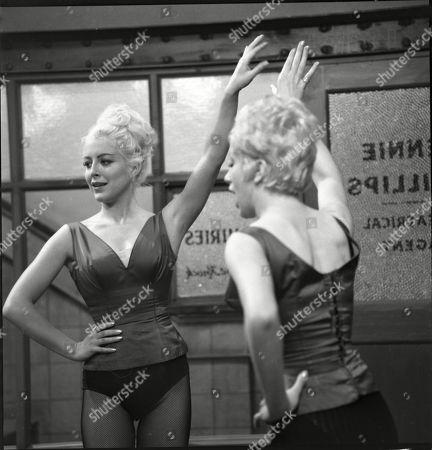 Yvonne Walsh (as Della Dee), Sheila Fearn (as Gloria Dee)