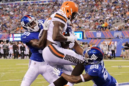 Cleveland Browns tight end David Njoku (85) catches a pass for a touchdown as New York Giants' Chris Lewis-Harris (39) and Leonard Johnson (29) defend during the first half of a preseason NFL football game, in East Rutherford, N.J