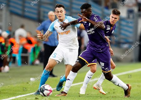 Lucas Ocampos (L) of Olympique Marseille in action against Yaya Sanogo (C) of Toulouse during the French Ligue 1 soccer match between Olympique Marseille and Toulouse FC at the Velodrome Stadium in Marseille, southern France, 10 August 2018.