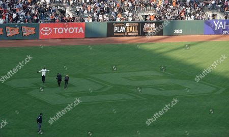 Former San Francisco Giants player Barry Bonds,(L) waves to fans as he takes left field after a ceremony to retire his jersey number before a baseball game between the Giants and the Pittsburgh Pirates in San Francisco, California, USA, 11 August 2018. 2018.