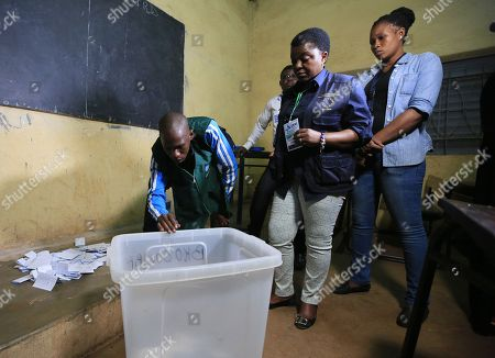 The head of the EU observation mission, Cecile Kyenge (C), visits a polling station during ballot counting, after voting closed in the second round of the presidential election in Bamako, Mali, 12 August 2018.  The incumbent President Ibrahim Boubacar Keita is expected to beat the opposition challenger, Soumaila Cisse of the Republic and Democracy (URD), for a second five-year term.