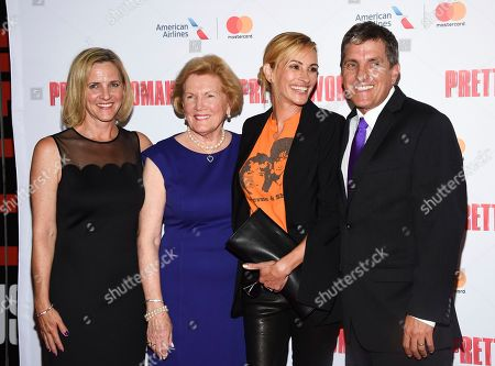 "Late director Garry Marshall's daughter Kathleen Marshall, left, wife Barbara Marshall, and son Scott Marshall pose with actress Julia Roberts at a Garry Marshall tribute performance of ""Pretty Woman: The Musical"" at The Nederlander Theatre, in New York"