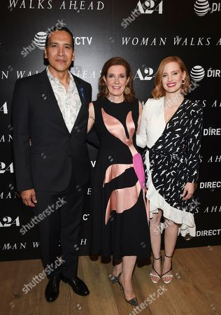 """Director Susanna White, center, poses with actors Michael Greyeyes, left, and Jessica Chastain at a special screening of """"Woman Walks Ahead"""" at The Whitby Hotel, in New York"""