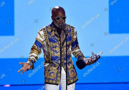 """Willy William accepts the award for best latin video for """"Mi Gente"""""""