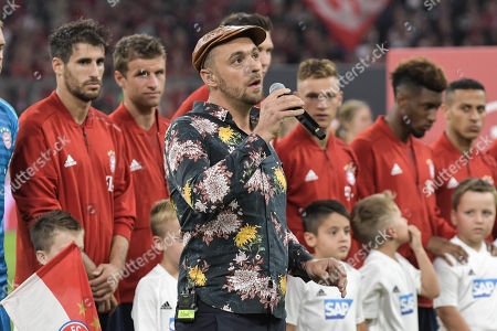 Max Mutzke singt die Nationalhymne, FC Bayern Muenchen - TSG 1899 Hoffenheim, Football, Bundesliga, 24.08.2018 DFL REGULATIONS PROHIBIT ANY USE OF PHOTOGRAPHS AS IMAGE SEQUENCES AND/OR QUASI-VIDEO