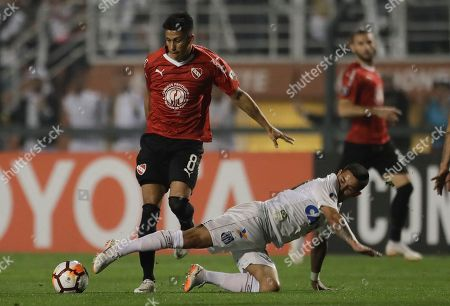 Maximiliano Eduardo Meza of Argentina's Independiente, top left, fights for the ball with Matheus Jesus of Brazil's Santos during a Copa Libertadores soccer match in Sao Paulo, Brazil