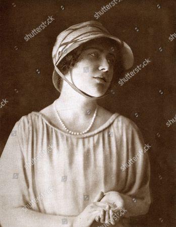 events,come,of,age,1921,portrait,hostess,glamis,castle