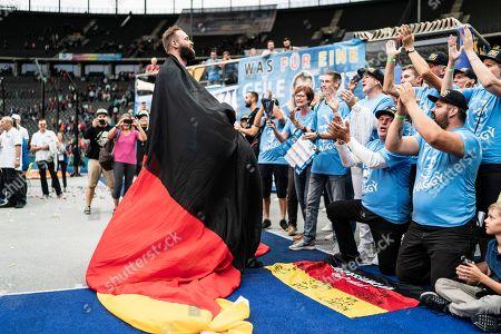 Berlin, Deutschland, 02.09.2018: Robert Harting feiert mit den Zuschauern nach seinem letzten Wurf bei seinem letzten Wettkampf beim Leichtathletik Meeting ISTAF im Berliner Olympiastadion.