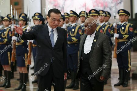 Chinese Premier Li Keqiang (L) invites Prime Minister of Lesotho, Thomas Motsoahae Thabane (R) to view an honour guard during a welcoming ceremony inside the Great Hall of the People in Beijing, China, 06 September 2018.