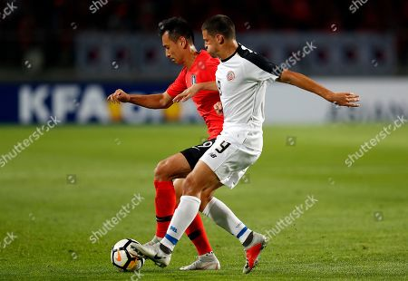 Ji Dong-won (L) of South Korea in action against Daniel Colindres (R) of Costa Rica during the International Friendly soccer match between South Korea and Costa Rica at the Goyang Stadium in Gyeonggi-do, South Korea, 07 September 2018.