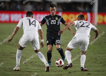 Argentinian player Giovani Lo Celso (C) in action against  Guatemalan players Rafael Morales (L) and Carlos Gallardo (R) in the second half of their international friendly match at the Los Angeles Coliseum in Los Angeles, California, USA, 07 September 2018 Argentina won the game.