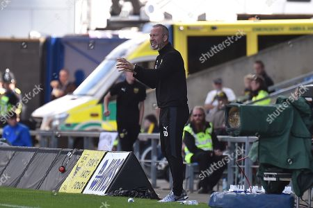 Oxford United assistant manager Shaun Derry gives instructions during the EFL Sky Bet League 1 match between Oxford United and Coventry City at the Kassam Stadium, Oxford